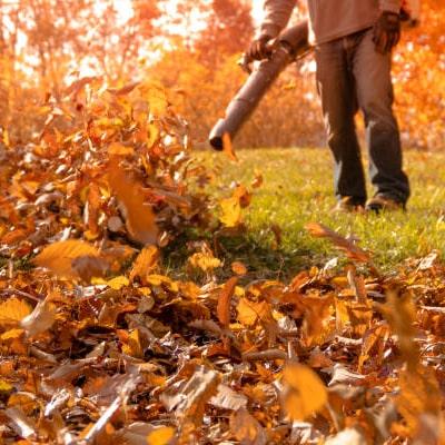 soplando hojas con su soplador