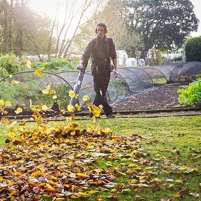 Hombre limpiando su jardín