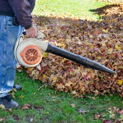 Usando un soplador de hojas makita