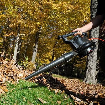 Soplador negro usado en las hojas de un jardin